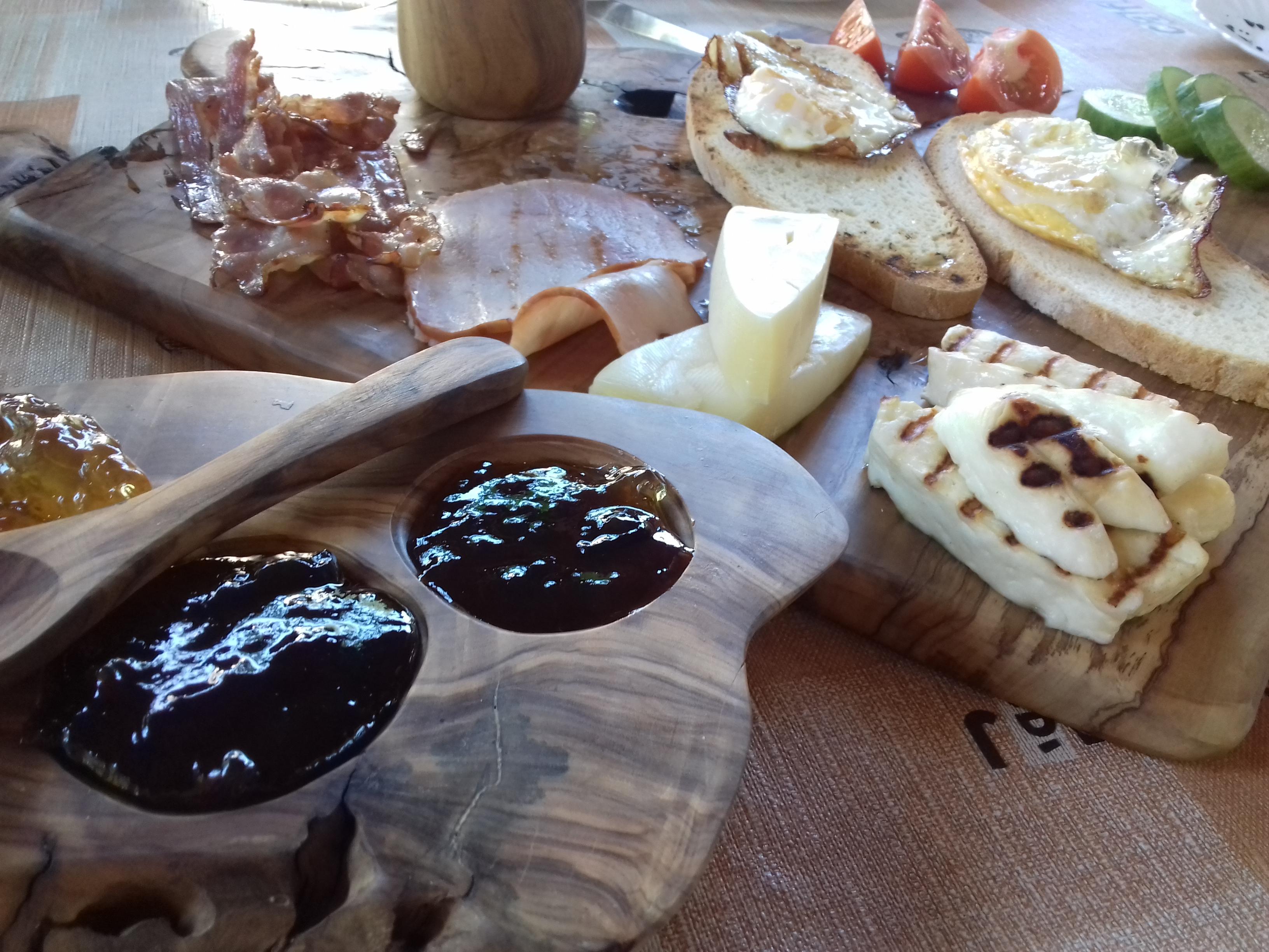 Amazing traditional food (halloumi, eggs, fresh baked aggs)
